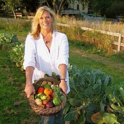식이요법에 들어가는 음식 재료를 들고있는 캐시 베로. [사진=캐시 베로 트위터]