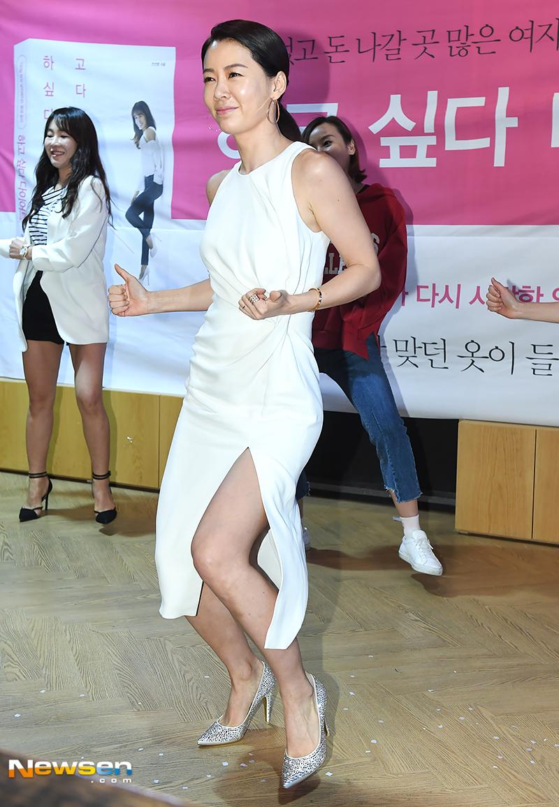 <p>This day Sun - yeong Ahn is dancing Zumba Dance.</p>