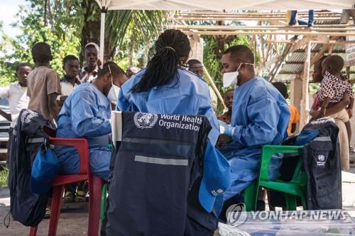 세계보건기구(WHO) 의료진이 21일(현지시간) 콩고민주공화국 음반다카에서 에볼라 백신 예방접종을 시작할 준비를 하고 있다. [AFP=연합뉴스]