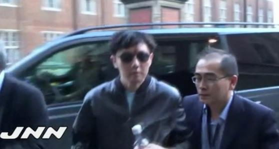 2015년 5월 영국 팝가수 에릭 클랩턴의 공연을 관람하기 위해 런던을 방문한 북한 김정은 국무위원장의 친형 김정철(왼쪽)을 태영호 당시 북한 공사가 안내하고 있다. [사진제공=JNN]
