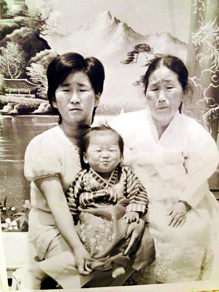 41년 전 잃어버린 딸 이경미양(당시 5세)을 무릎에 앉힌 채 포즈를 취하고 있는 임경자씨(왼쪽)와 경미양의 외할머니. 가족 제공