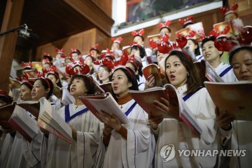 베이징 수안우멘성당의 크리스마스 이브 미사 모습. 이 기사와 관련 없음 [EPA=연합뉴스 자료사진]