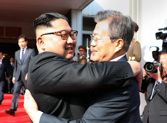 문재인 대통령과 북한 김정은 국무위원장이 26일 오후 판문점 북측 통일각에서 정상회담을 마친 후 헤어지며 포옹하고 있다. 연합뉴스