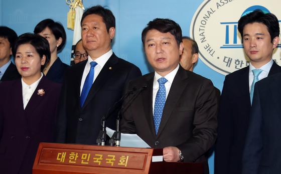 더불어민주당 최재성 정당발전위원장(가운데)이 3월29일 국회 정론관에서 송파을 재선거 출마를 선언하고 있다. 변선구 기자