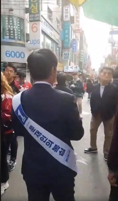 '문재인의 복심' 이라는 어깨띠를 두른 최재성 후보. [중앙포토]