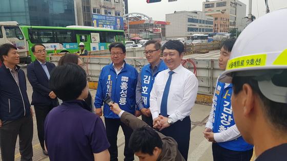 지난 21일 송파을 지역구에서 유권자들을 만나는 최재성 후보. 김승현 기자