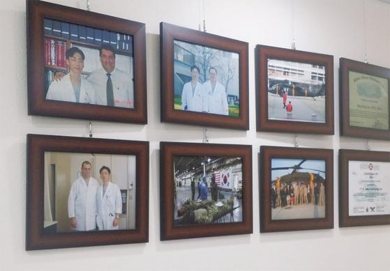 경기남부 외상센터 5층 로비에는 이국종 교수를 지도한 의사와 외상센터 건립을 도운 고마운 이들을 알리는 사진 액자들이 걸려 있다. 맨 위가 이 교수를 외상센터로 이끈 브루스 포텐자 교수다.