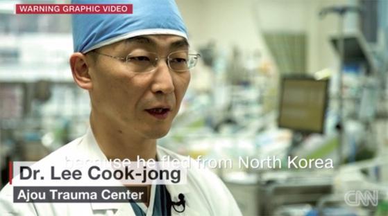 이국종 교수는 판문점을 넘어 귀순한 북한 병사를 살려내 국제적인 인물이 됐다. 2003년부터 주한미군 중증외상 치료도 전담하고 있다. / 사진· CNN 캡처