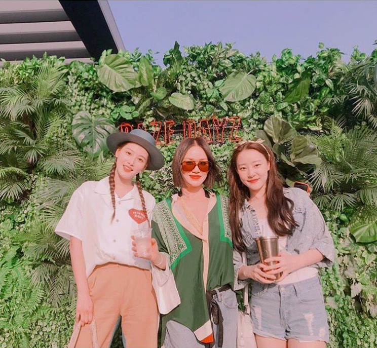 <p>Rainbow origin Kim Jae-kyung Go Woo-ri met Uhm Jung-hwa.</p><p>Kim Jae-kyung posted a piece of photograph with a sentence on his own instagram on May 27 Yume no saimo, meeting me Uhm Jung-hwa senpai. I respect you.</p><p>In the picture Kim Jae - kyung Uhm Jung - hwa Go Woo - ri s close looks are on display. The sophisticated atmosphere of japanese senior citizen of singing society gets a lot of attention. Oh senior Uhm Jung-hwa The expression of the previous shy Go Woo-ri is also impressive.</p><p>Meanwhile, Kim Jae-kyung is waiting for the appearance of the OCN Lifet Trout which will be broadcasted for the first time on June 9</p>