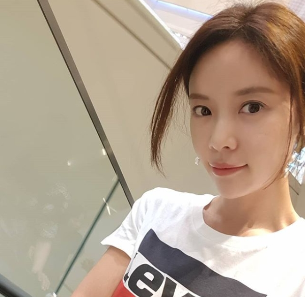 <p>Actor Hwang Jung-eum boasted Beautiful looks without humiliating Morning Gonzo.</p><p>On Monday, May 28, Hwang Jung-eum posted two photos of his figure on the personal instagram.</p><p>Hwang Jung-eum informed me of the fact that it is a picture taken in the morning, short as Good morning ♡ together with the photograph.</p><p>Hwang Jung-eum in the picture shows a slim figure on the face without bookkeeping and enlivies the publics envy.</p><p>Meanwhile, Hwang Jung-eum is appearing in the SBS Mizuki drama Hunnam Chung.</p>