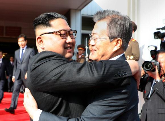 포옹하는 남북 정상 - 문재인 대통령과 북한 김정은 국무위원장이 26일 오후 판문점 북측 통일각에서 정상회담을 마친 후 헤어지며 포옹하고 있다. 2018.5.26 청와대 제공