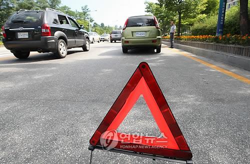 도로에 삼각대를 설치한 차량. 사진은 기사 내용과 무관함. [연합뉴스 자료사진]