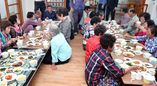 27일 마을공동급식을 운영 중인 전남 강진군 강진읍 기룡마을 회관에서 주민들이 모여 함께 점심식사를 하고 있다. 강진군 제공