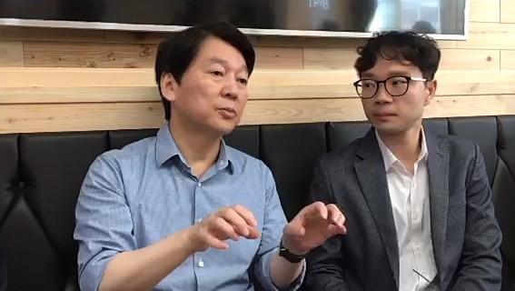 31일 오전 서울 구로구의 한 식당에서 열린 `매일경제 SNS 라이브 - 안철수 인터뷰`에서 안철수 바른미래당 서울시장 후보(왼쪽)가 기자의 질문에 답하고 있다.