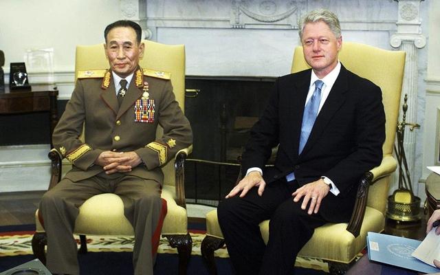 2000년 10월 김정일 국방위원장의 특사 자격으로 미국을 방문한 조명록 국방위 제1부위원장(왼쪽)이 백악관에서 빌 클린턴 미국 대통령을 만났다. 당시 성사 직전까지 갔던 북-미 정상회담은 끝내 이뤄지지 못했다. 연합뉴스