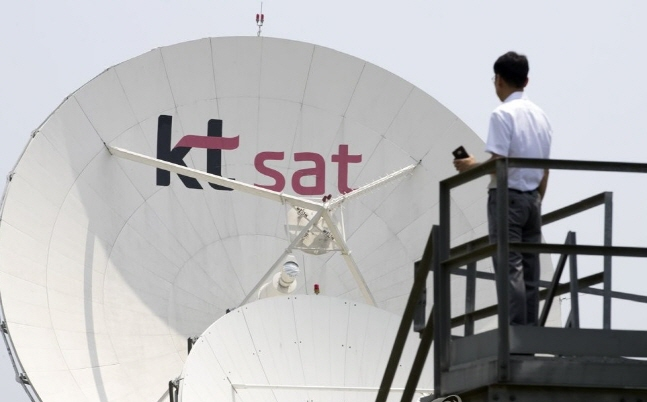 KT SAT 관계자가 7일 충남 금산위성센터에서 40여개의 위성 수신 안테나를 바라보고 있다. ⓒ 연합뉴스
