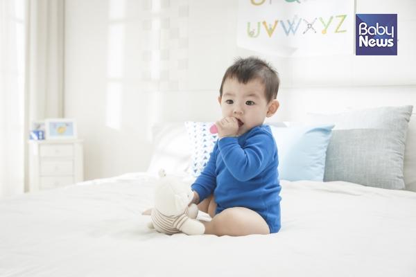 아기가 앉기 위해서는 허리의 힘이 완전히 있으면서 몸의 밸런스를 잡을 수 있어야 한다. 만 7개월이 돼야 아기는 혼자 앉을 수 있다. ⓒ베이비뉴스