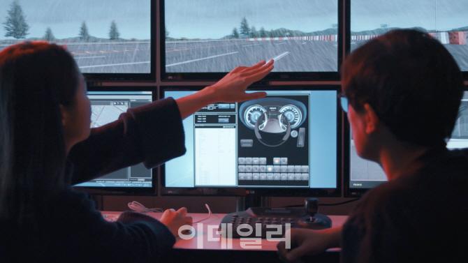 현대모비스 연구원들이 컴퓨터 시뮬레이션으로 가상의 도로환경을 반영한 인포테인먼트 제품의 사용자 경험(UX: User Experience)을 분석하고 있다. 현대모비스 제공