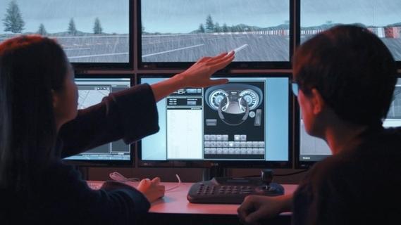 현대모비스 연구원들이 컴퓨터 시뮬레이션으로 가상의 도로환경을 반영한 인포테인먼트 제품의 사용자 경험(UX)을 분석하고 있다./현대모비스 제공