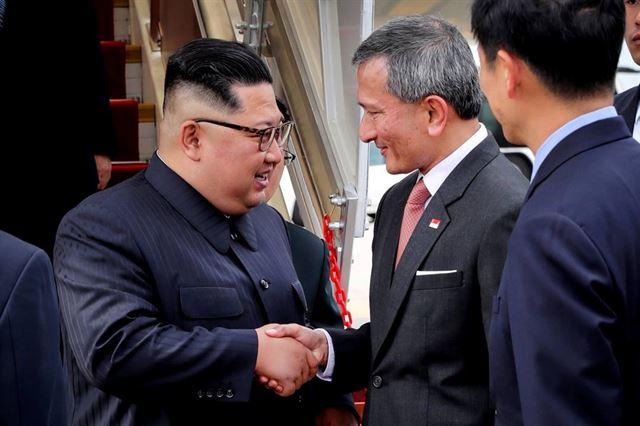 김정은 북한 국무위원장이 10일 오후(현지시간) 싱가포르 창이 공항에서 비비안 발라크리쉬난 싱가포르 외무장관의 영접을 받고 있다. 싱가포르 공보부 제공 사진