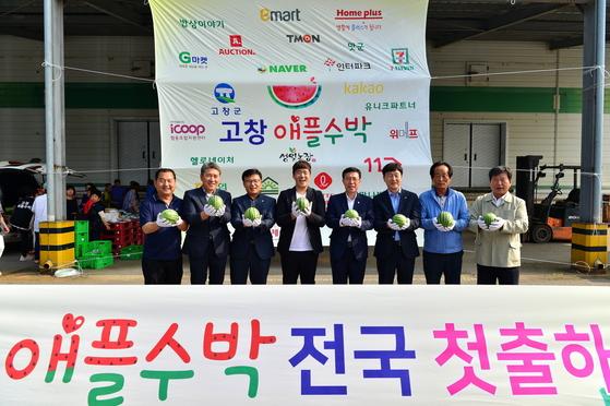 지난 8일 전북 고창군 고창읍 고창황토배기유통 광장에서 열린 '애플수박 출시 행사'에서 이길수 고창군수 권한대행 등 관계자들이 올여름 생산된 애플수박을 들어보이고 있다. [사진 고창군]
