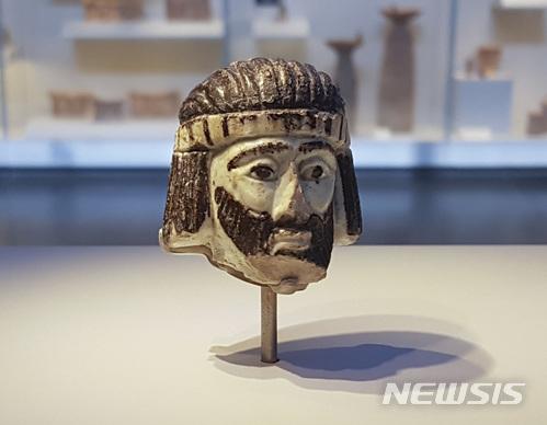 【예루살렘 = AP/뉴시스】차미례 기자 = 6월 4일 이스라엘 박물관에 전시된 기원전 9세기의 왕의 두상.  지난 해 발굴된 이 두상은 손바닥 크기 정도로 3000년 전 구약시대 이 지역 왕의 것이라는 것 외에는 누구인지, 어느 왕국인지 등 모두가 아직 비밀에 싸여있다.