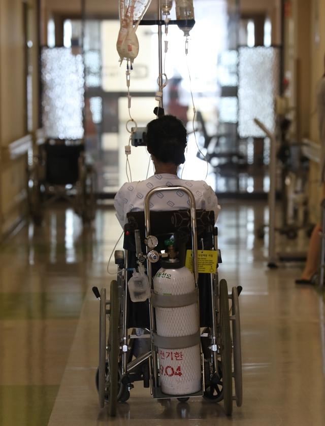 하늘을 날던 K씨는 이제 휠체어에 앉아 있다. 퇴사 뒤 정신적 스트레스가 커져 우울증 마저 찾아왔다.