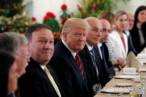 """폼페이오 """"트럼프, 회담에 잘 준비돼 있어…美입장 불변"""" (싱가포르 로이터=연합뉴스) 마이크 폼페이오 미국 국무장관은 11일 """"도널드 트럼프 대통령과 우리 팀은 내일 (북미) 정상회담을 고대한다""""며 """"미국의 입장은 여전히 명확하고, 변하지 않았다""""고 강조했다고 백악관이 전했다.  사진은 이날 싱가포르의 대통령궁인 이스타나궁에서 트럼프(왼쪽 4번째) 대통령과 폼페이오(왼쪽 3번째) 국무장관 등 미국 대표단이 싱가포르의 리센룽 총리와 오찬 회동하는 모습.     bulls@yna.co.kr"""
