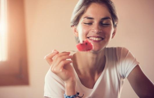 수박을 먹는 여성