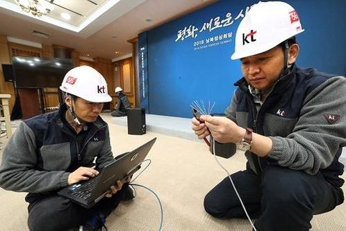 KT 직원들이 올해 4월 남북정상회담 개최를 앞두고 판문점 자유의 집에서 통신시설을 점검하고 있다./KT 제공