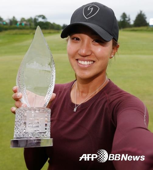 숍라인트 LPGA 클래식 우승컵을 들고 있는 애니 박. ⓒAFPBBNews = News1