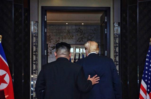 역사적 첫 북미정상회담이 열린 12일 오후 싱가포르 센토사 섬 카펠라호텔에서 미국 도널드 트럼프 대통령과 북한 김정은 국무위원장이 공동합의문 서명식장을 나서고 있다. 연합뉴스