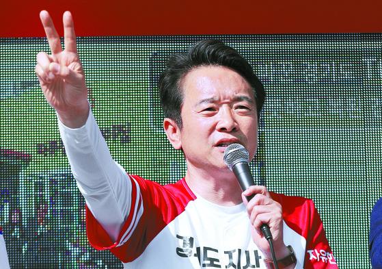 남경필 한국당 경기지사 후보가 선거운동 마지막 날인 12일 경기도 안산에서 유세하고 있다. [연합뉴스]