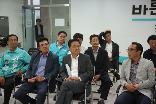 출구조사 결과 지켜보는 바른미래당 김영환 후보와 지지자들