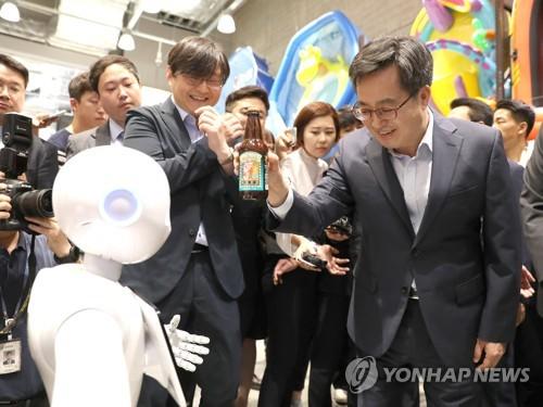 지난 8일 인공지능 로봇 체험하는 김동연 부총리 [연합뉴스 자료사진]