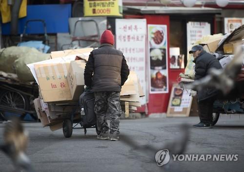 '빈곤의 덫에 빠진 고령층' [연합뉴스 자료사진]