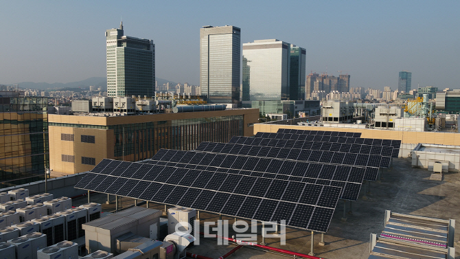 삼성전자 수원사업장 종합기술원 옥상에 설치된 태양광 발전 패널. [삼성전자 제공]