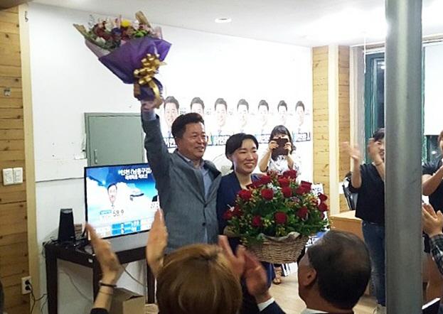 허인환 민주당 인천 동구청장 당선인이 13일 동구 선거사무소에서 지지자들로부터 당선 축하를 받고 있다. (사진 = 허인환 당선인 제공)