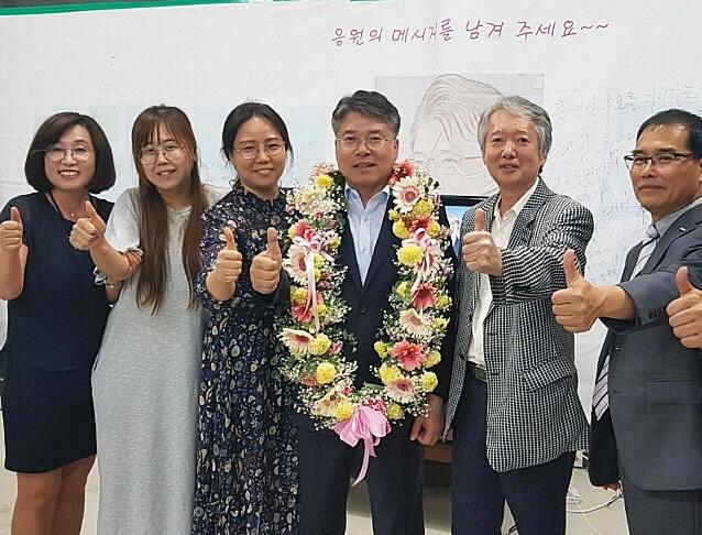 홍인성(왼쪽에서 4번째) 더불어민주당 인천 중구청장 당선인이 13일 중구 선거사무소에서 지지자들과 엄지손가락을 세우고 기념 촬영하고 있다. (사진 = 홍인성 당선인 제공)