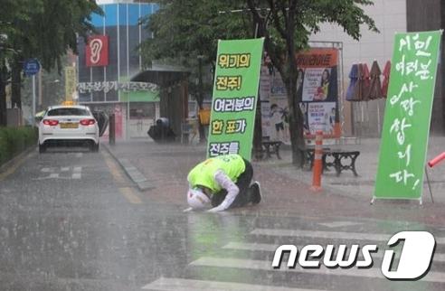 빗속에서 선거운동을 펼치고 있는 이현웅 평화당 전주시장 후보(이 후보 페이스북 캡처) © News1 김춘상 기자