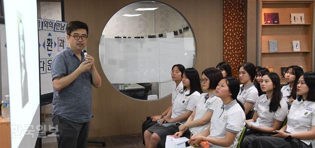 김탁환 작가가 8일 서울 도곡동 중앙대사대부고의 학생들을 만나 '세월호 기억하는 것'에 대해 이야기하고 있다. 류효진 기자