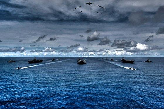 미국의 핵추진 항공모함 로널드 레이건호와 (CVN 76), 니미츠호(CVN 68), 시어도어 루스벨트호(CVN 71) 등 3척의 항모 강습단척이 11~14일 한반도 인근 해상에서 공동훈련을 하며 북한에 대한 고강도 무력시위에 나선다. 사진은 2007년 8월 태평양 일대에서 열린 밸리언트 쉴드 훈련에서 공동 훈련 중인 키티호크호, 니미츠호, 존 스테니스호. [미해군 7함대 제공]