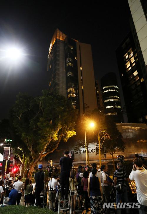 【싱가포르=뉴시스】박주성 기자 = 북미 정상회담을 하루 앞둔 11일 오후 각국 취재진들이 김정은 북한 국무위원장이 묵고 있는 싱가포르 세인트 리지스 호텔 앞을 지키고 있다. 2018.06.11. park7691@newsis.com