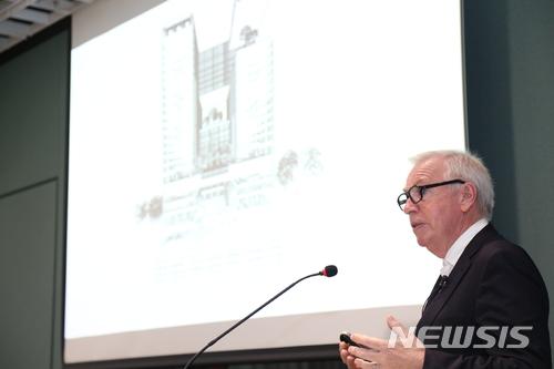 【서울=뉴시스】 = 14일 서울 용산구 아모레퍼시픽 신사옥에서 한국을 방문한 영국 건축가 데이비드 치퍼필드가 기자간담회를 하고 있다. (사진=아모레퍼시픽)