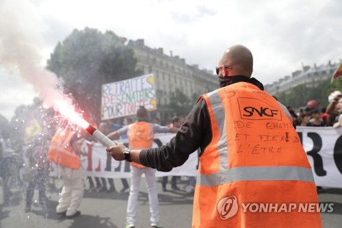 프랑스 국철 SNCF의 노조원들이 정부의 국철 개편안에 반대하는 집회를 하고 있다.  [AFP=연합뉴스]
