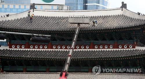 숭례문 기와 교체. [연합뉴스 자료사진]