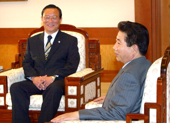 노무현 대통령이 2005년 4월 신임 송철호 고충처리위원장에게 위촉장을 수여한 뒤 환담하고 있다. [중앙포토]