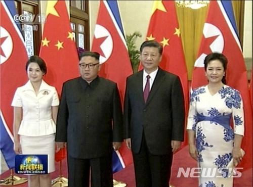 【베이징=AP/뉴시스】이틀간 일정으로 전격 중국을 방문한 김정은 북한 국무위원장이 19일 시진핑 국가주석과 부부동반으로 베이징 인민대회당에서 열린 공식 환영행사에 참석하고 있다. 2018.06.19