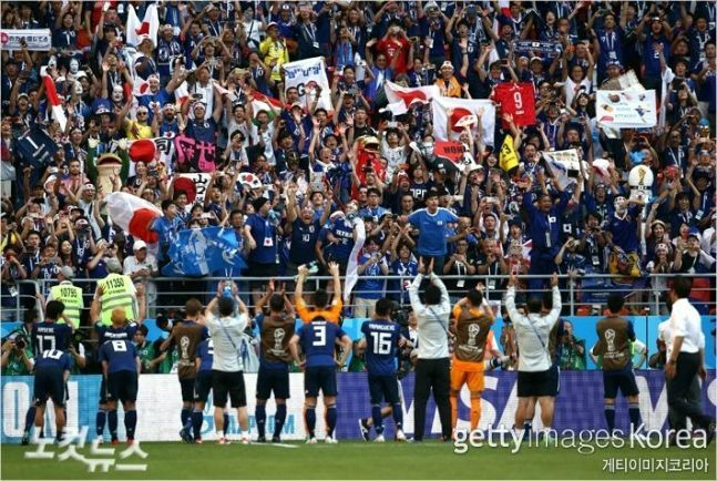 일본 축구 대표팀이 지난 19일 러시아월드컵 H조 첫 경기에서 콜롬비아를 2대1로 누르고 일본 관중을 향해 인사하고 있다. (사진=노컷뉴스/gettyimages)