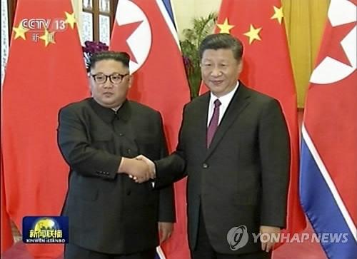 """시진핑, 김정은 만나…""""정세 바뀌어도 북중관계 변하지 않을것"""" (베이징 AP=연합뉴스) 중국을 방문한 김정은 북한 국무위원장이 19일(현지시간) 베이징 인민대회당에서 열린 공식 환영식에서 시진핑 국가주석과 악수하고 있다. 중국중앙(CC)TV 화면 캡처.      CCTV에 따르면 시 주석은 이날 오후 김 위원장과 한 정상회담에서 """"중국 당과 정부는 북중 우호 발전 관계를 고도로 중시한다""""면서 """"국제 지역 정세가 어떻게 변하더라도 북중 관계를 발전시키고 공고히 하려는 중국의 확고한 입장과 북한 인민에 대한 우호, 사회주의 북한에 대한 지지에 변함이 없을 것""""이라고 말했다."""